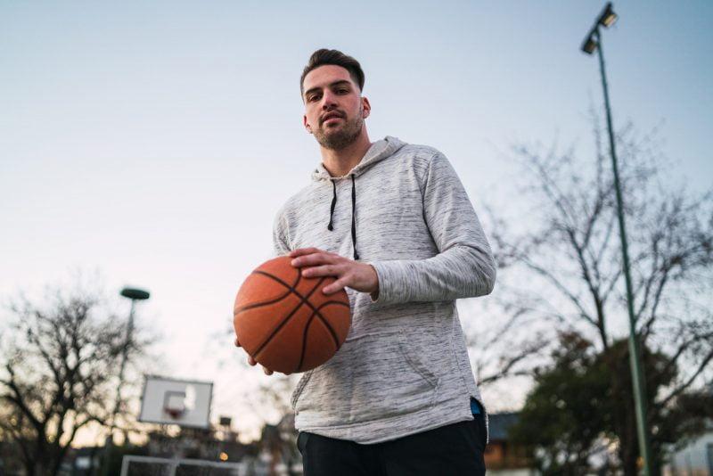 Mies pelaa koripalloa